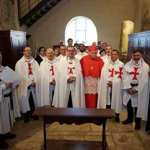 Los Templarios Católicos de Italia prestan servicio durante la Santa Misa celebrada por Su Eminencia Reverendísima el Cardenal Ernest Simoni en la iglesia de Sant'Antimo