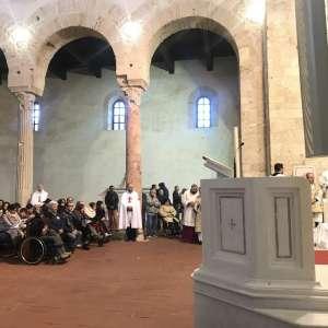 El obispo Monseñor Francesco Oliva en la solemne Misa de Crisma en la catedral de Santa Maria Assunta en Gerace (RC) – marzo de 2018