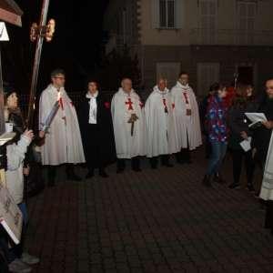S.E. Mons. Badini Confalonieri, obispo de Susa, recorre el Via Crucis a Bruzolo junto con todos los diocesanos