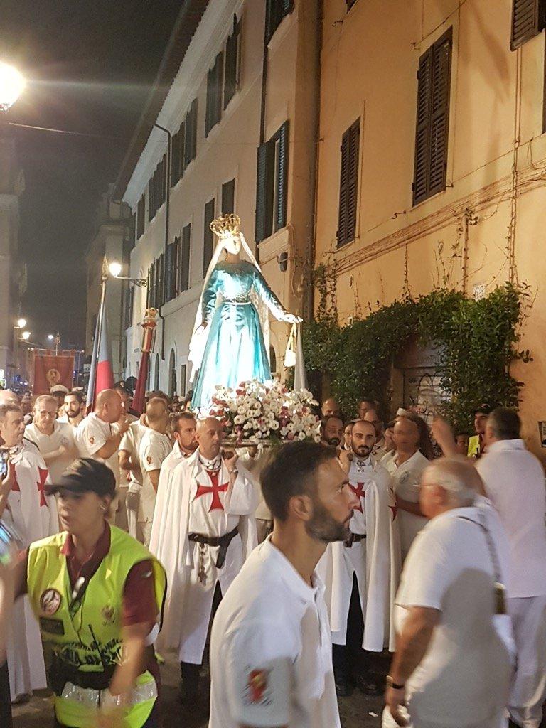 I Templari Cattolici d'Italia scortano la statua della Madonna del Carmelo e il Vescovo Ausiliare di Roma centro S.E. Mons Gianrico Ruzza durante la processione della Festa di Noantri per le vie di Trastevere